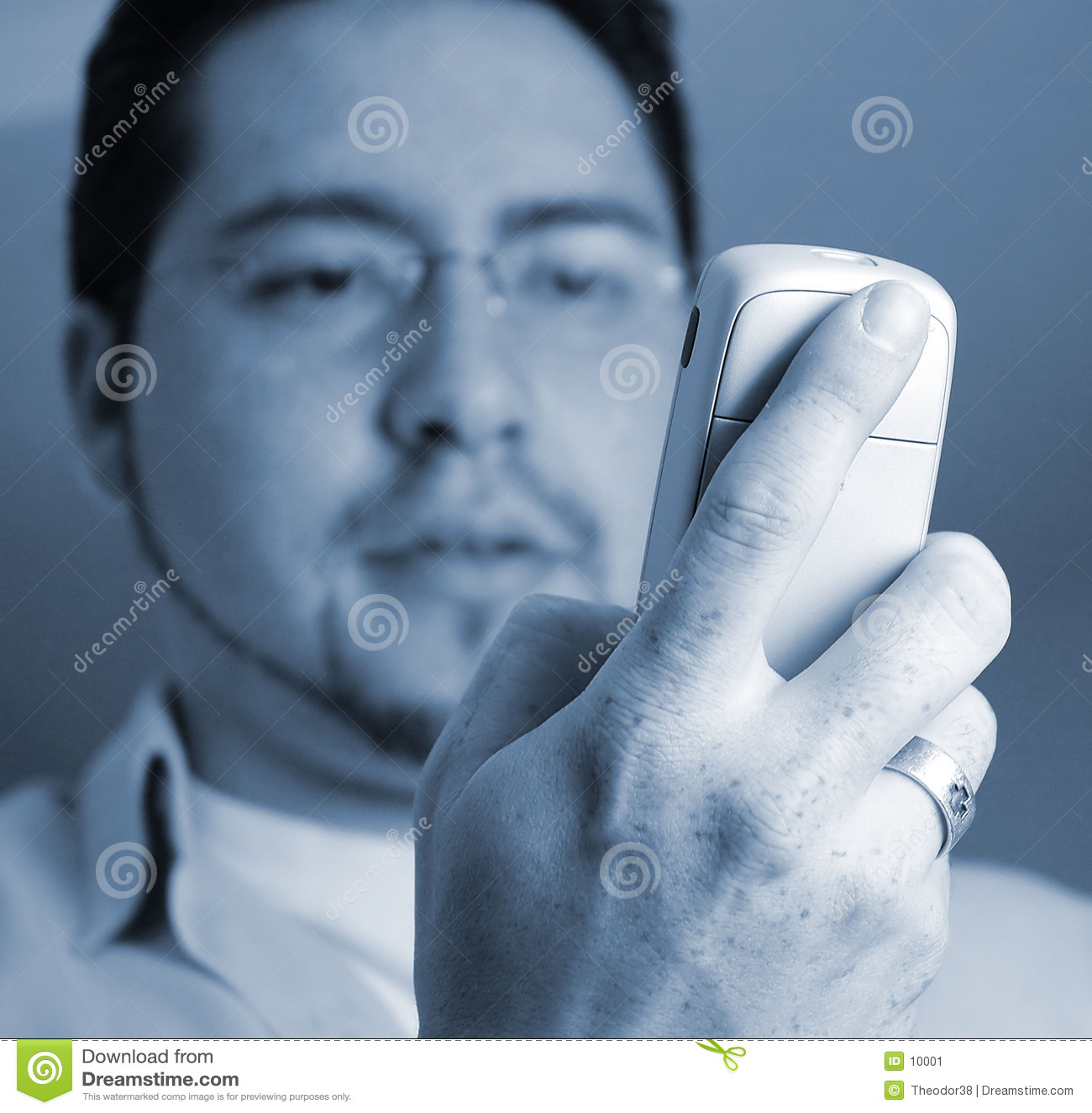 Mens die telefoon bekijkt