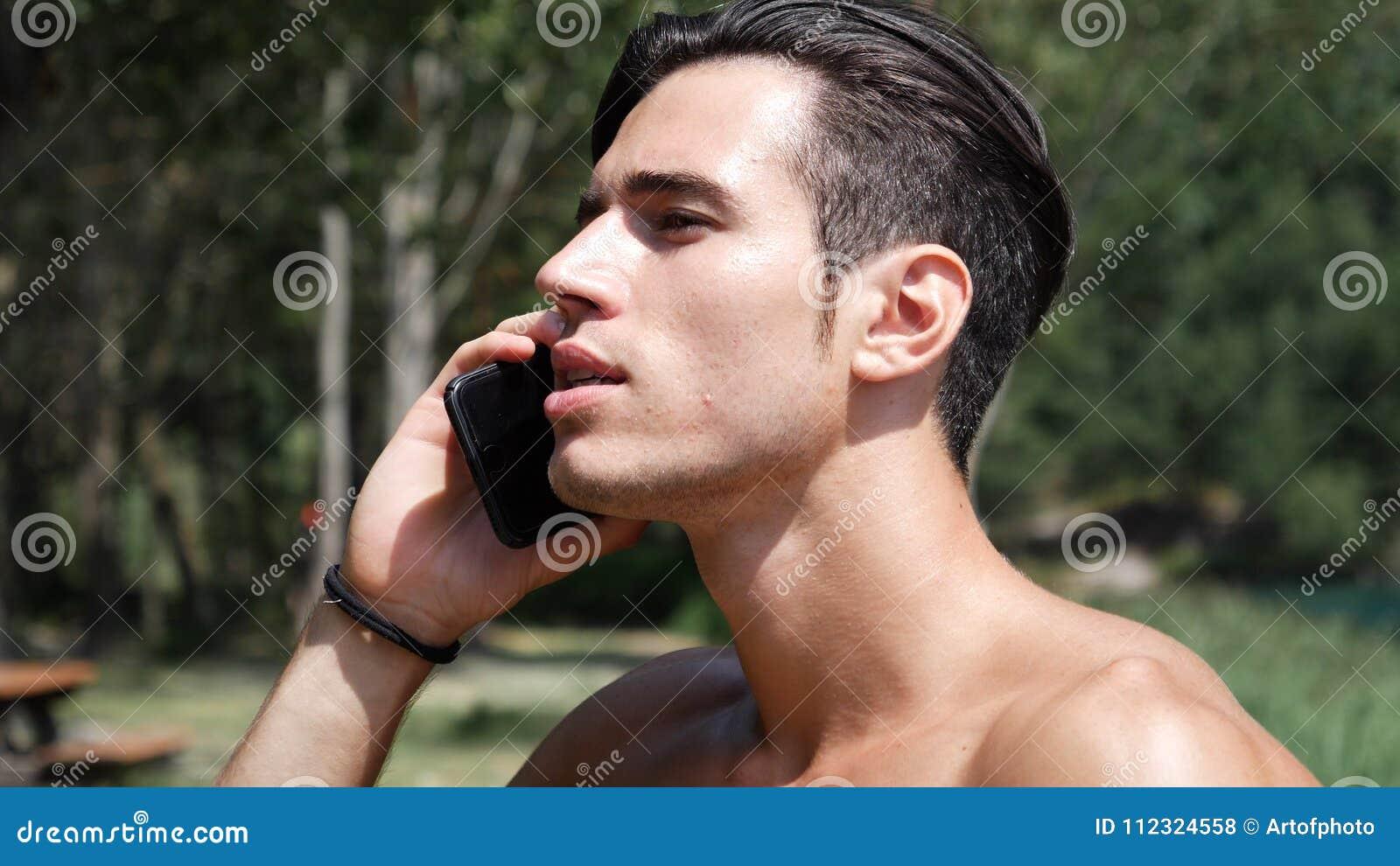Mens die telefoongesprek maken bij meer