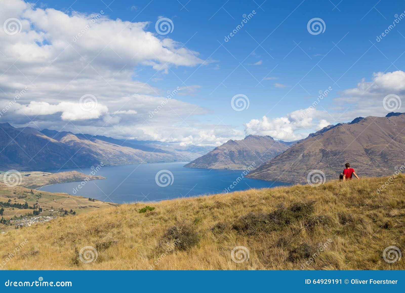 Mens die van mening van Queenstown-Heuvel, Nieuw Zeeland genieten