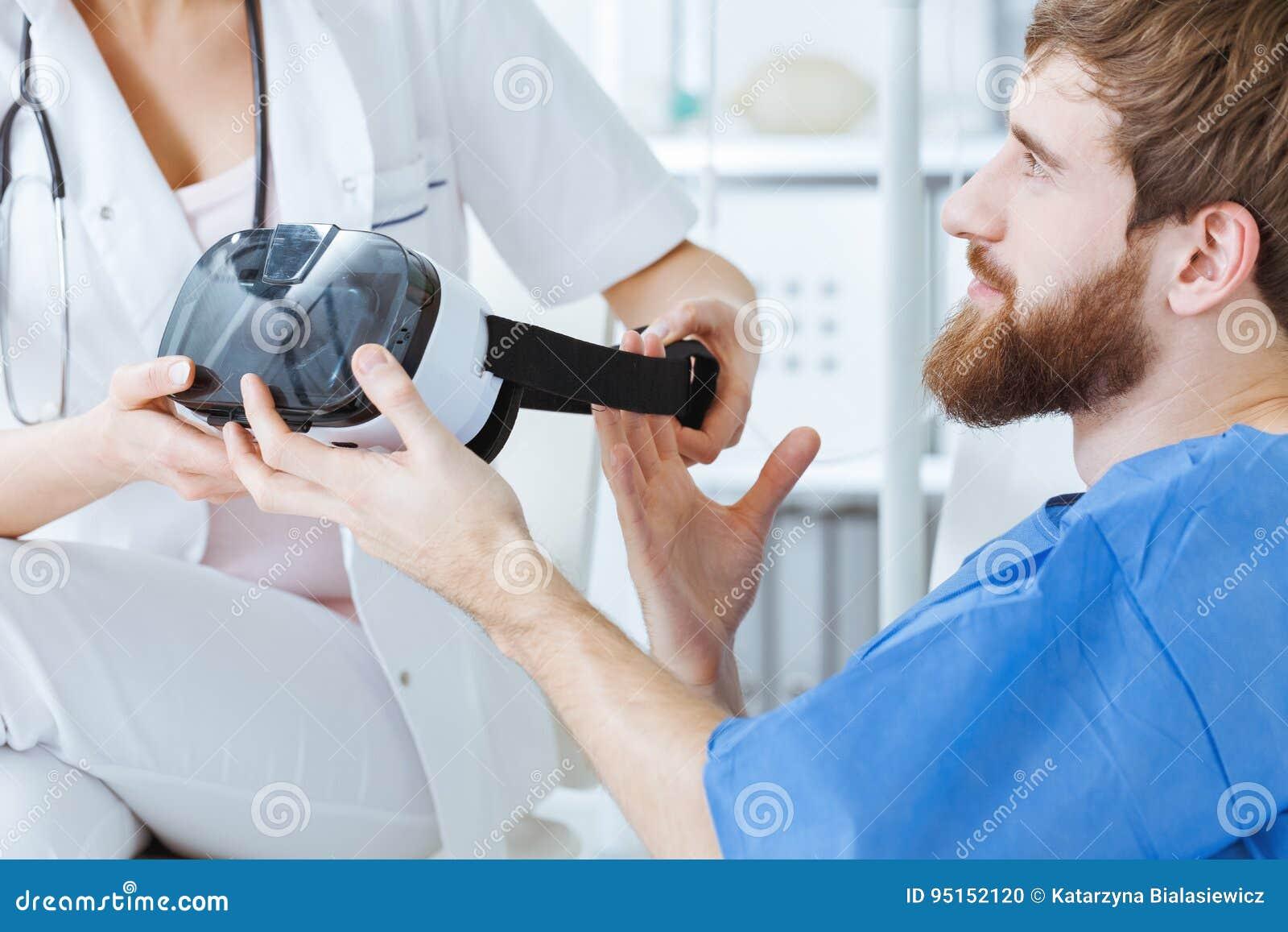 Mens die VR-beschermende brillen nemen