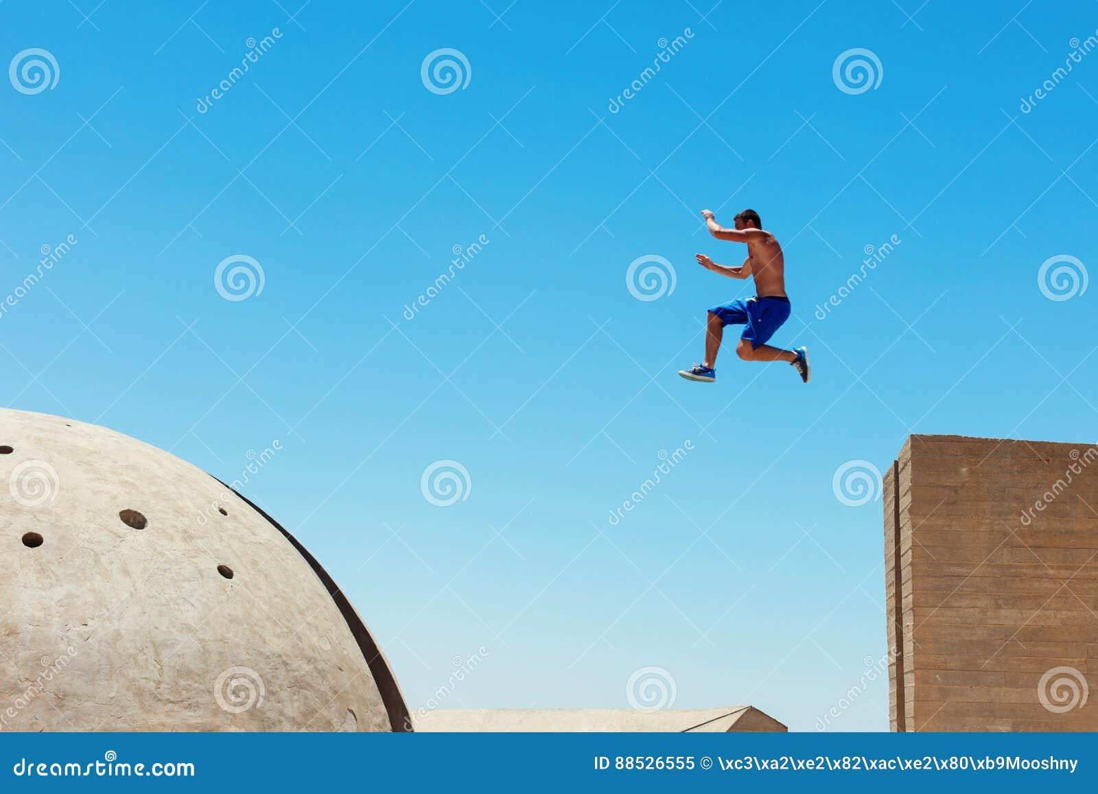 Mens die, in weinig motieonduidelijk beeld springen