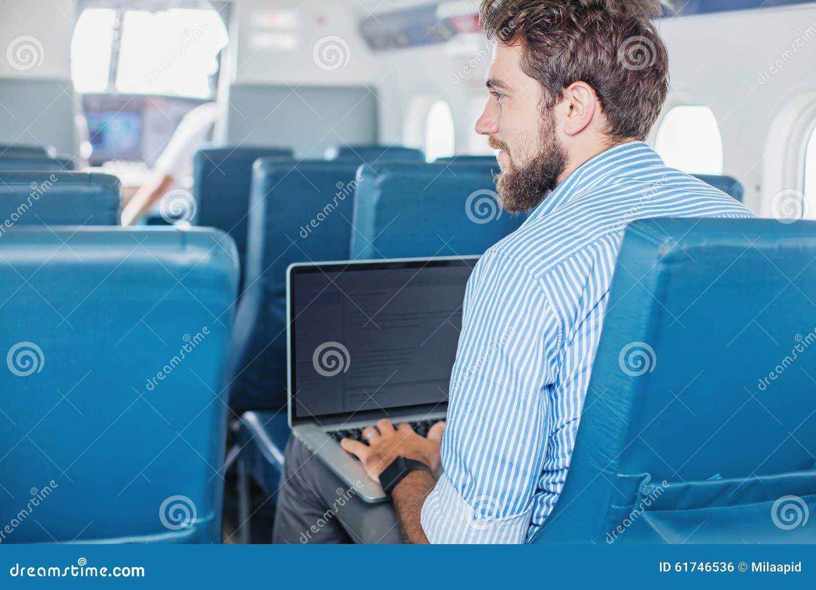 Mens die zaken in het vliegtuig doen
