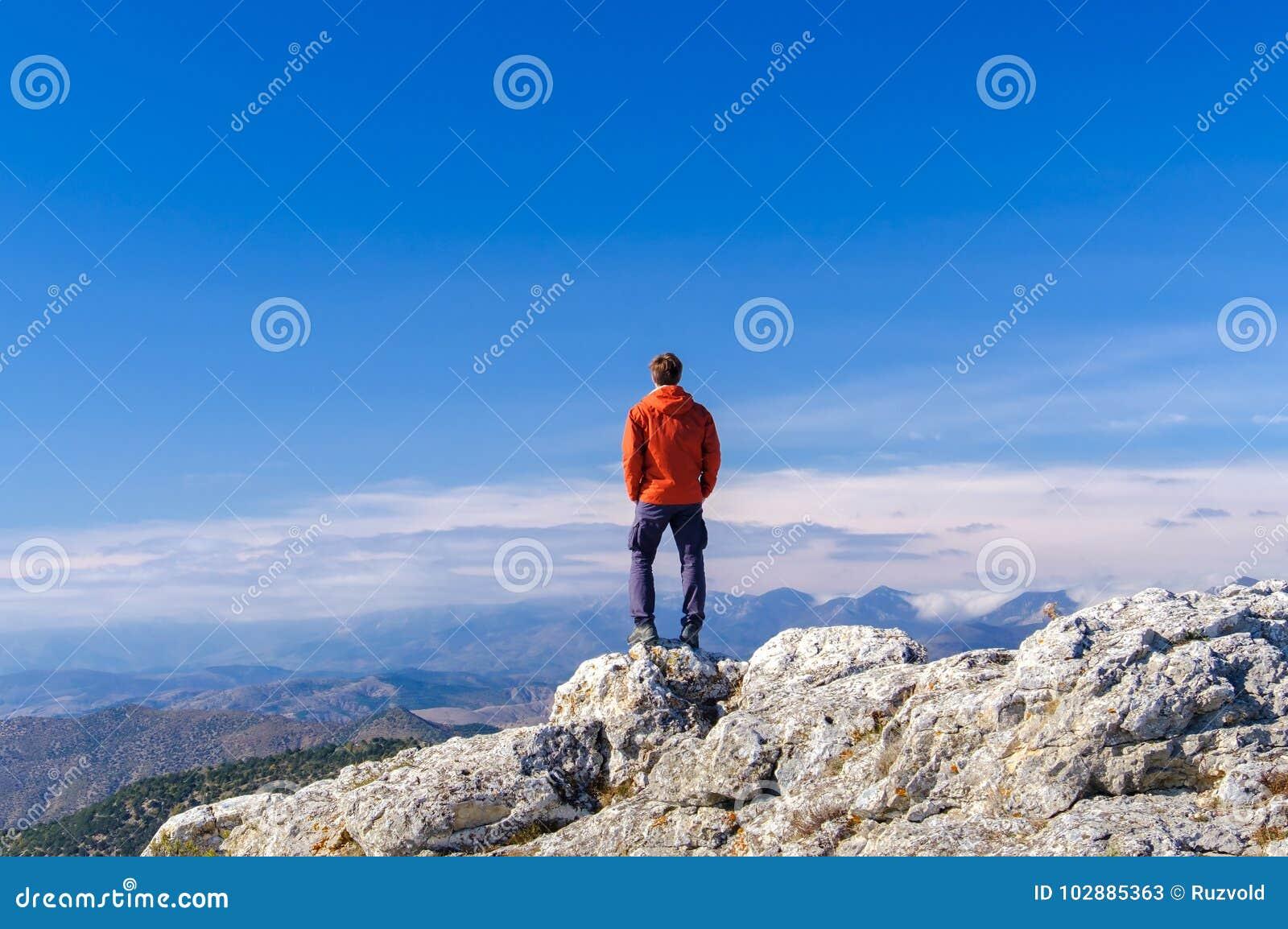 Mens die zich bij de piek van rotsberg bevinden