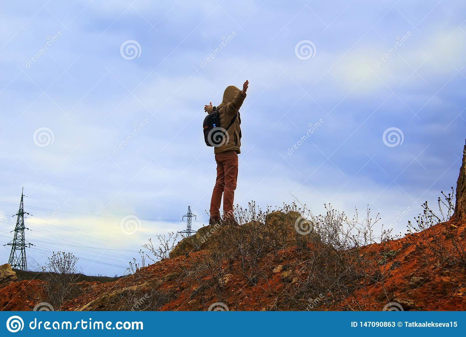 Mens die zich op rots bevinden Toeristentribune alleen op een rots