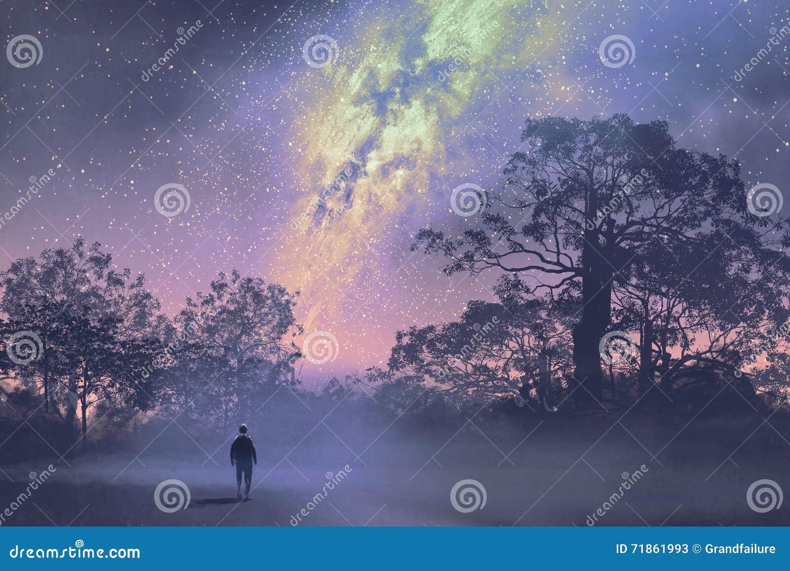 Mens die zich tegen de melkachtige manier boven bos bevinden