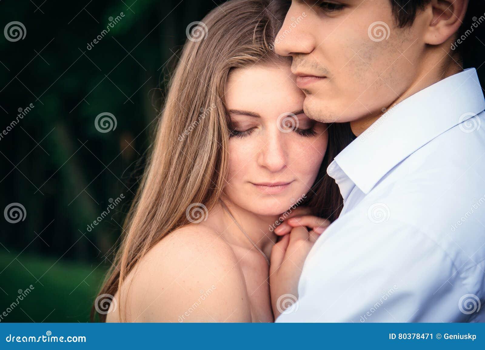 Mens die zijn droevige rouwende vriend troosten die haar omhelzen