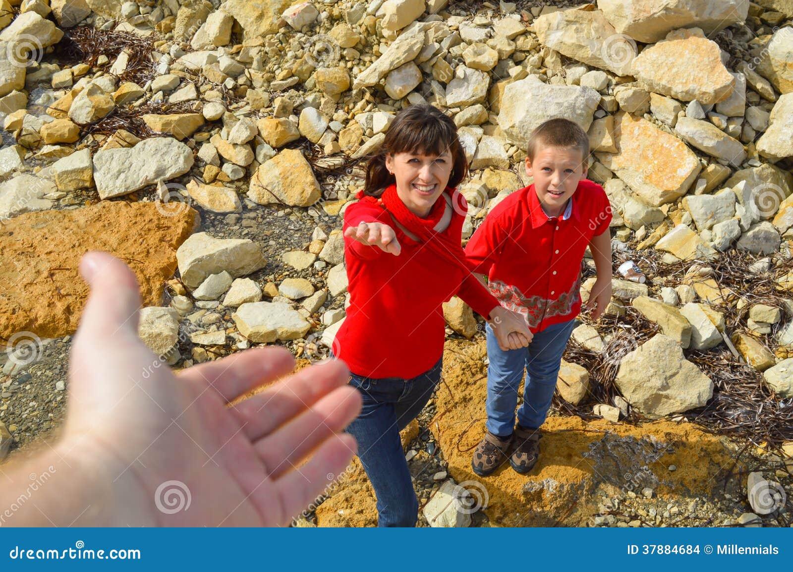 Mens die zijn hand familily uitrekken aan
