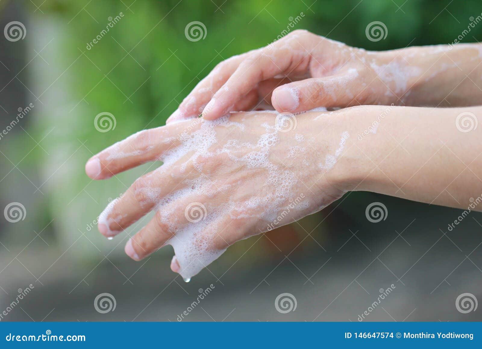 Mens die zijn handen met zeep voor steriel, Gezondheid en Globaal de dagconcept van de handwas wassen