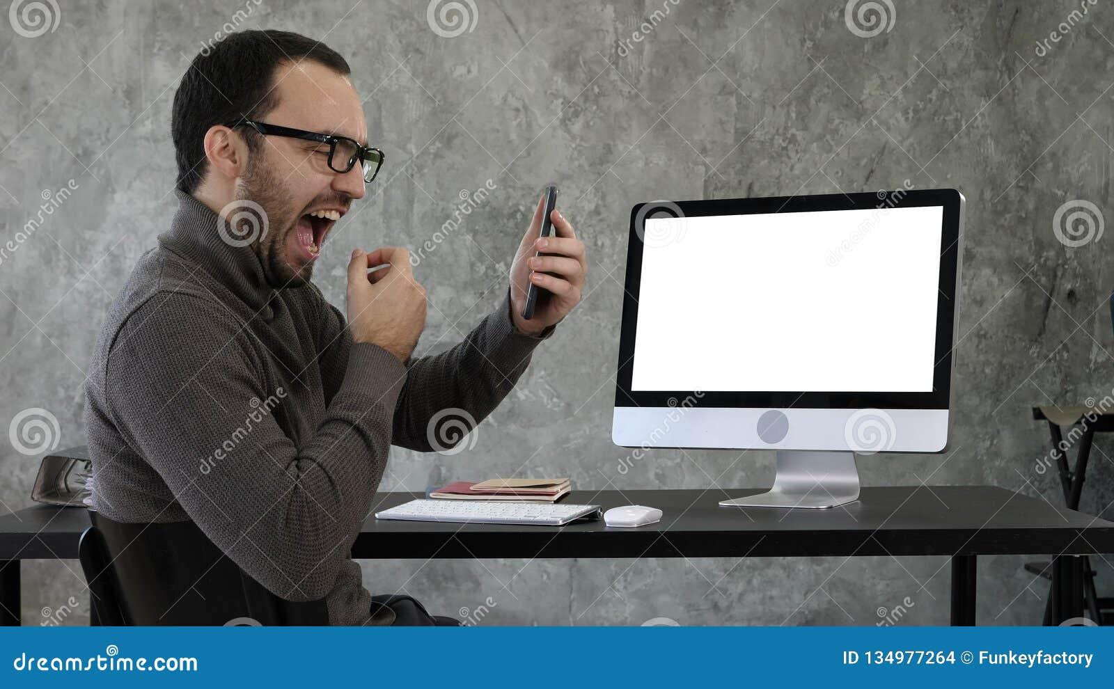 Mens die zijn tanden in het bureau controleren dichtbij het computerscherm Witte vertoning