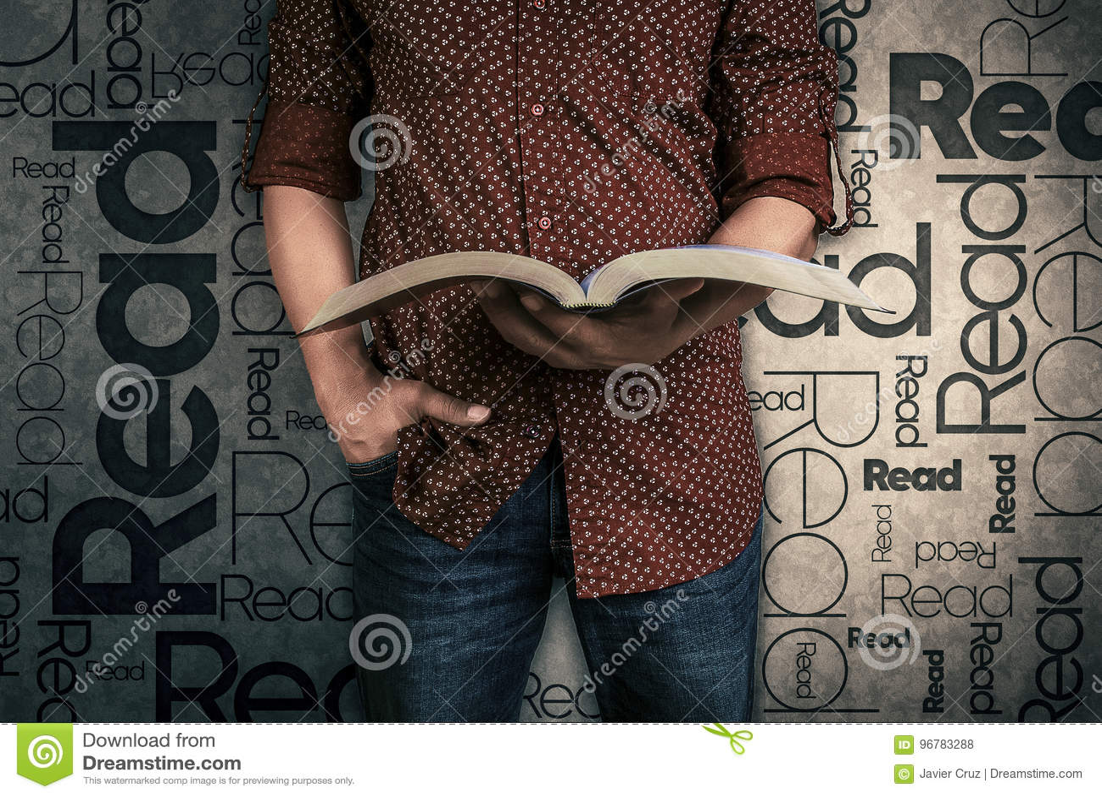 Mens een boek lezen en het woord die op de achtergrond wordt gelezen die