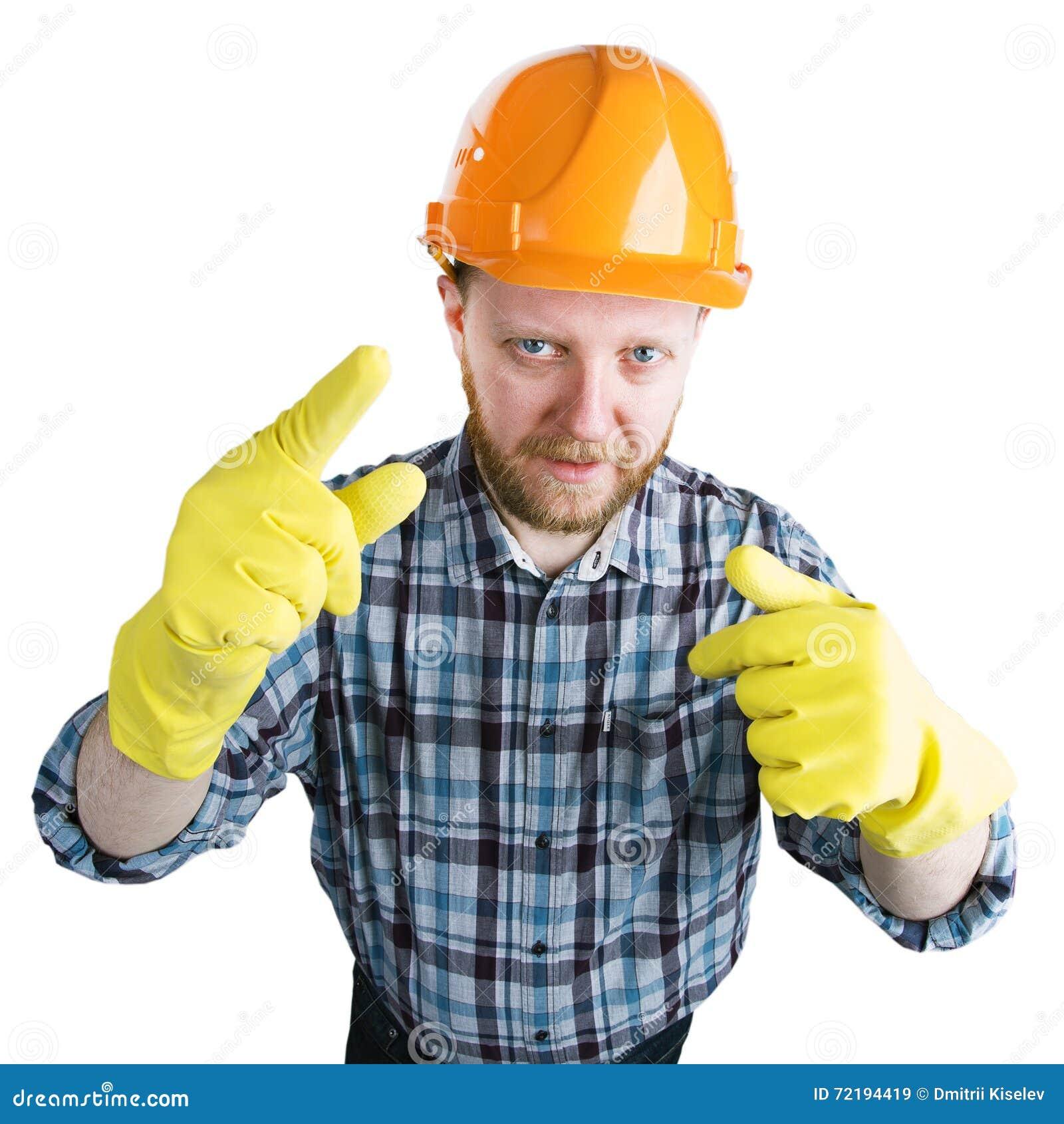 Mens in een helm en gele handschoenen