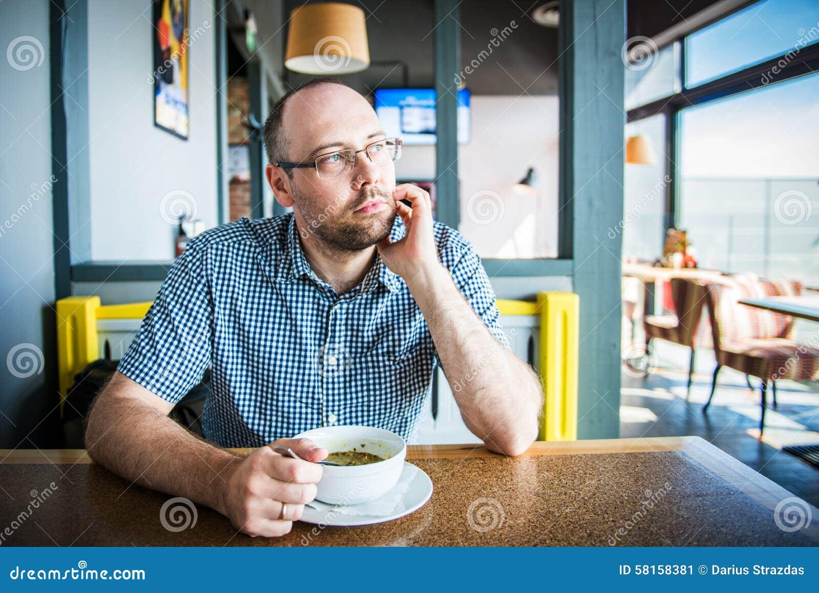 Mens in een koffie