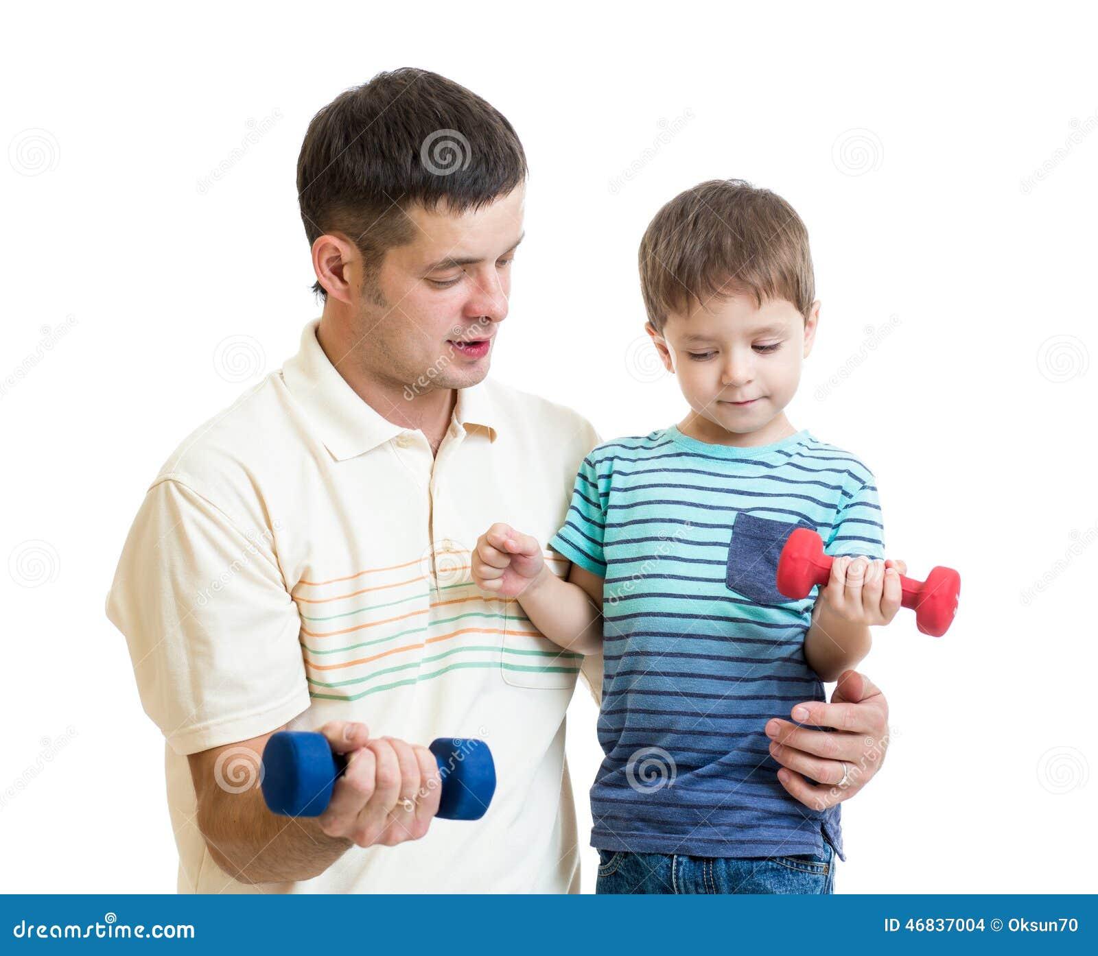 Mens en kid op middelbare leeftijd do exercise met domoor