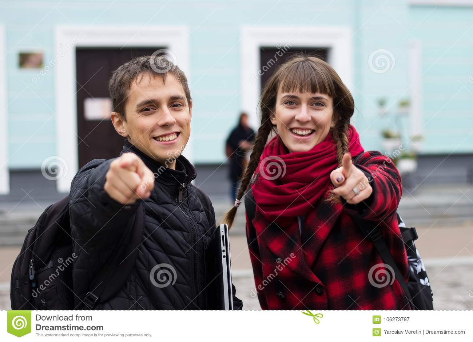 Mens en meisje die vingers richten aan u