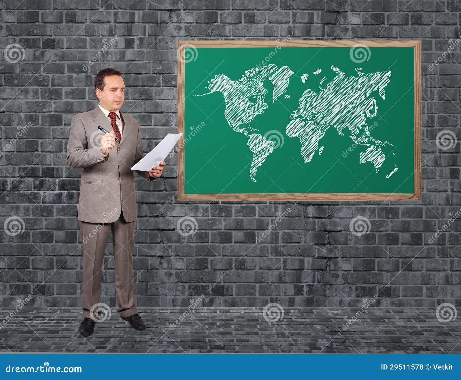 Mens en wereldkaart