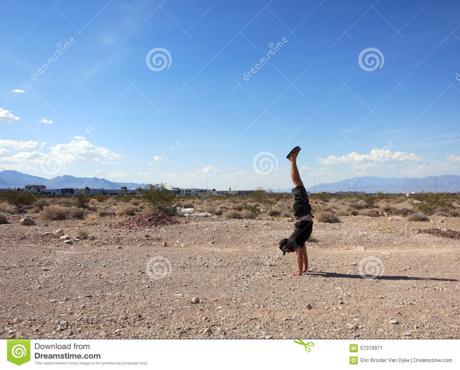 Mens Handstanding in de Woestijn van Las Vegas op een duidelijke dag