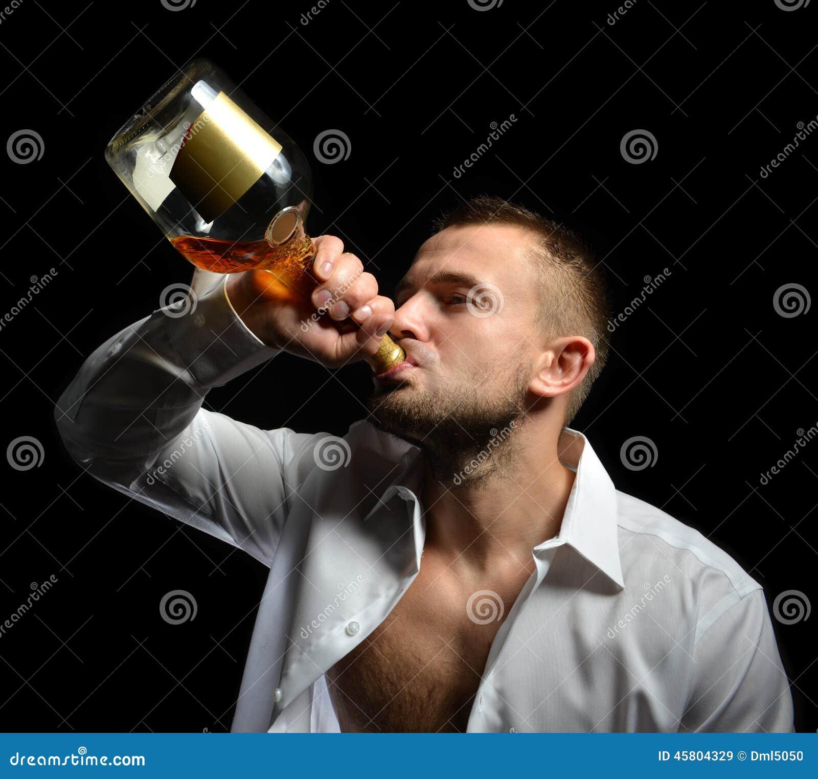Mens het drinken de whisky van de cognacalcohol van de fles