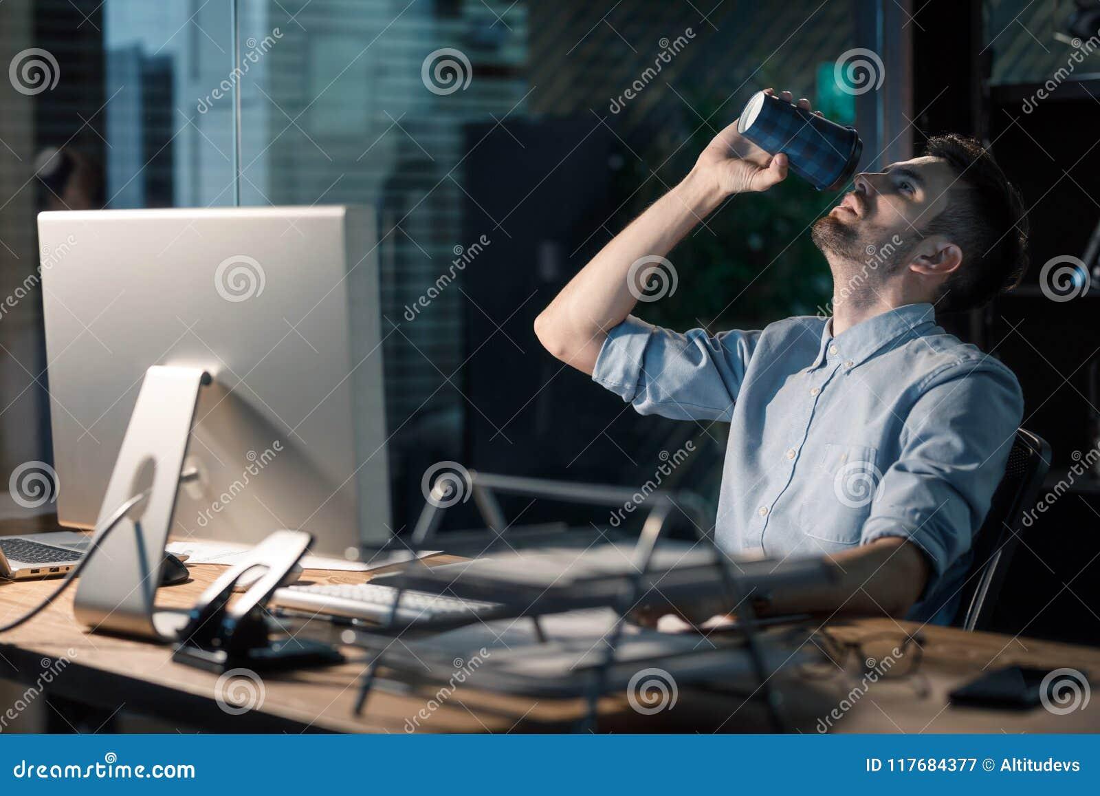 Mens het drinken koffie die overhours werken