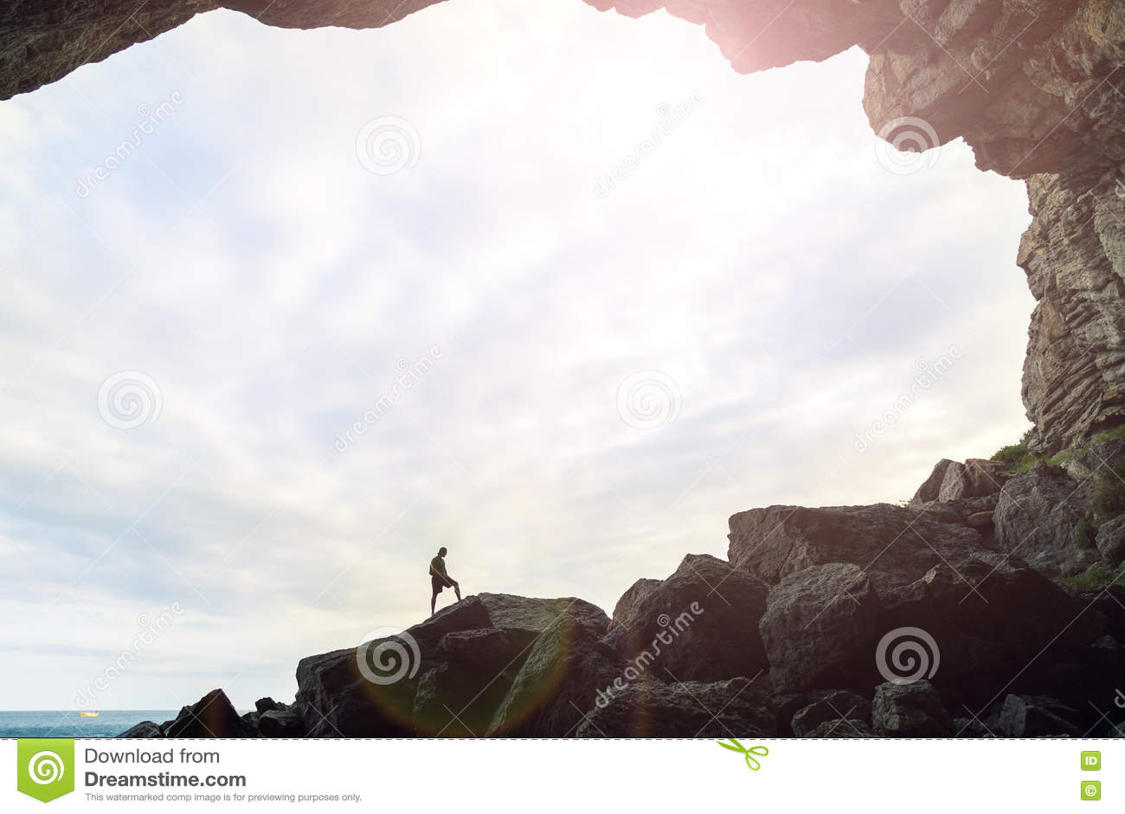 Mens in het hol met een hemelachtergrond