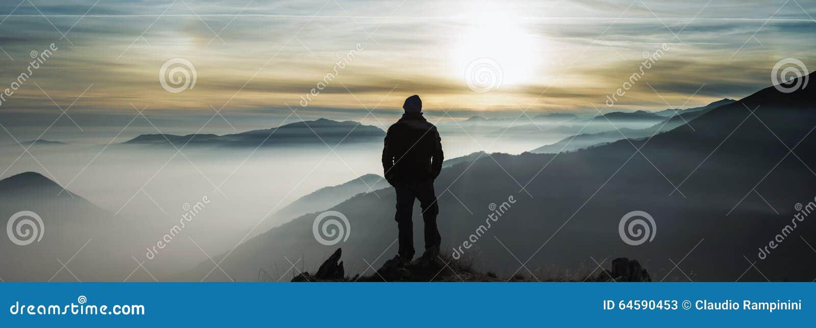 Mens het letten op bergenwolken van een piek