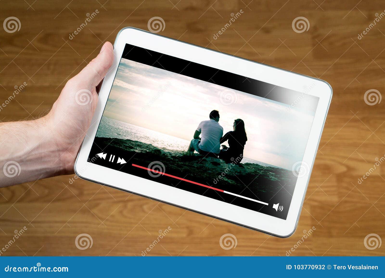 Mens het letten op film online met mobiel apparaat