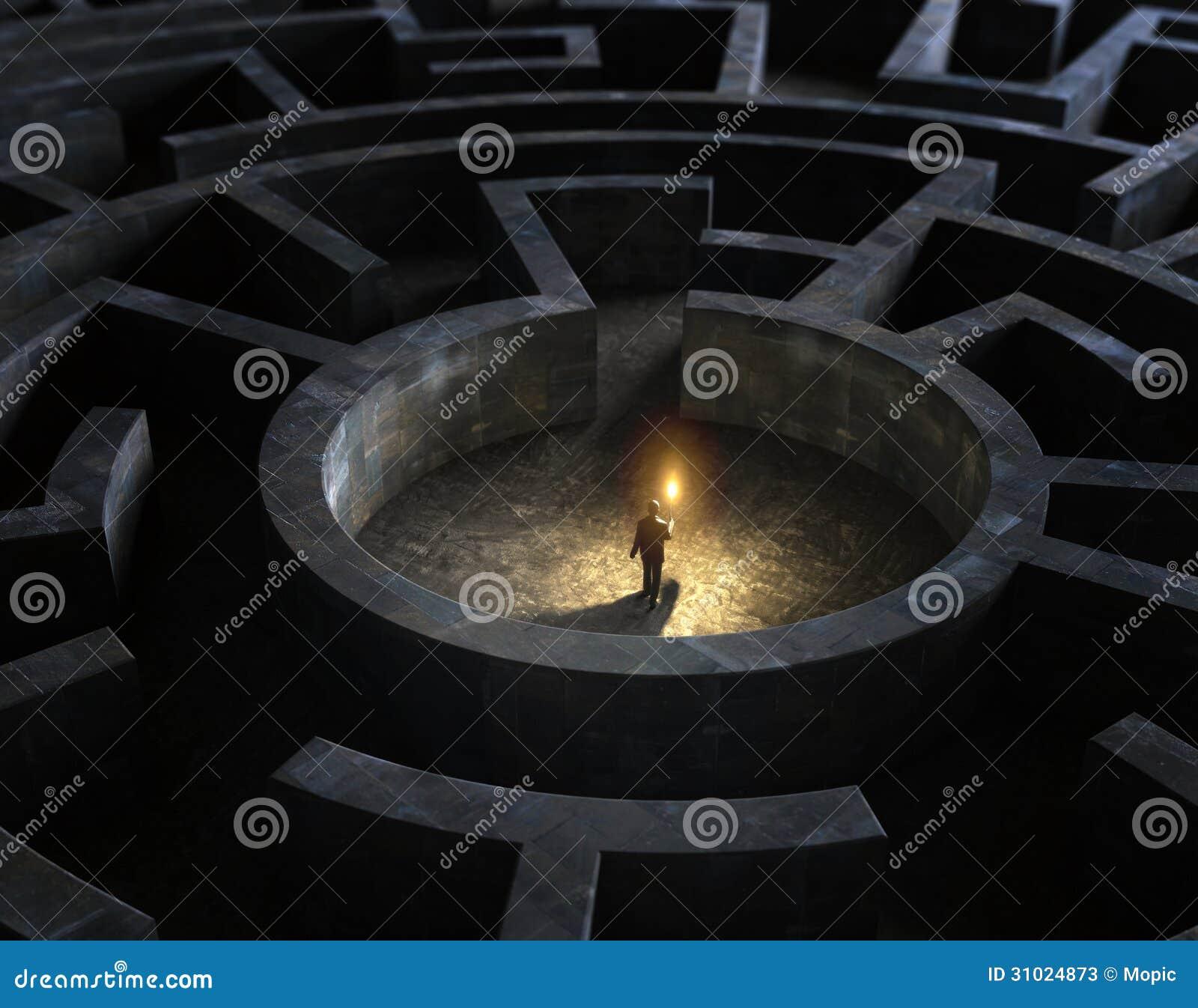 Mens in het midden van een geheimzinnig labyrint
