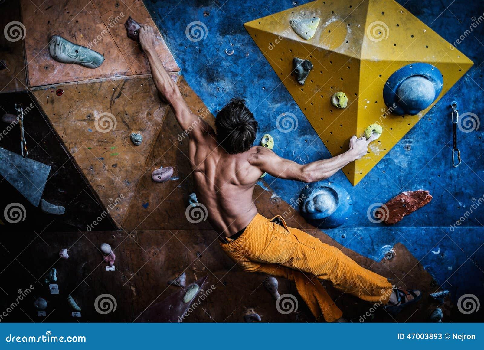 Mens het praktizeren inklimming op een rotsmuur