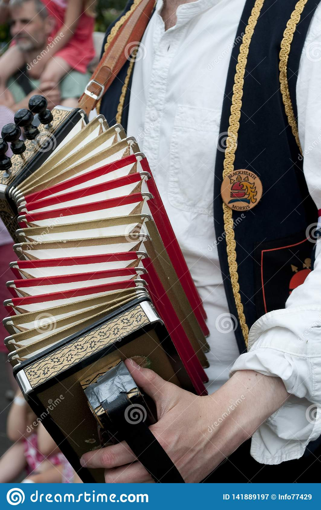 Mens het spelen harmonika, het UK