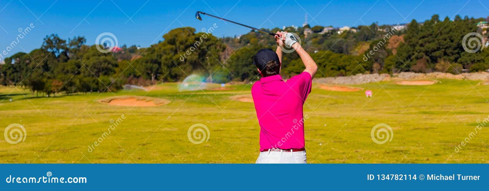 Mens het teeing weg op een golfcursus met een bestuurder
