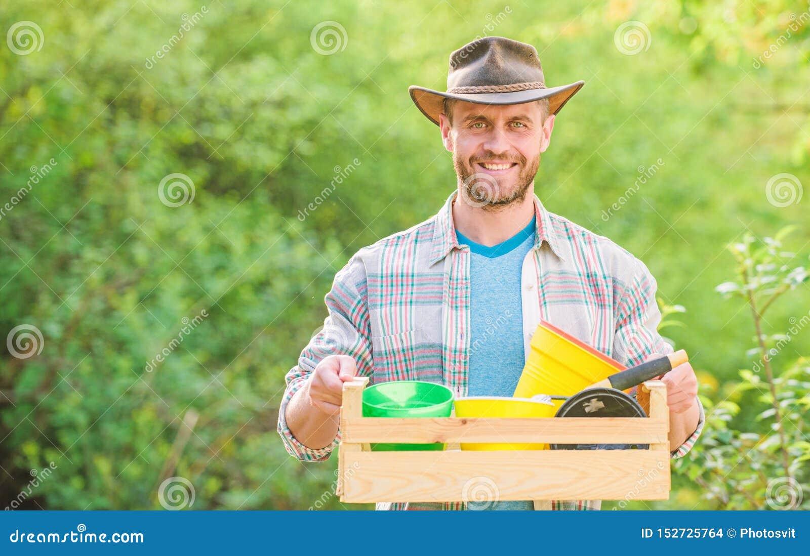 Mens het tuinieren de sexy houten doos van de landbouwersgreep met bloempot Ecobedrijfsmedewerker Gelukkige Aardedag Het leven va