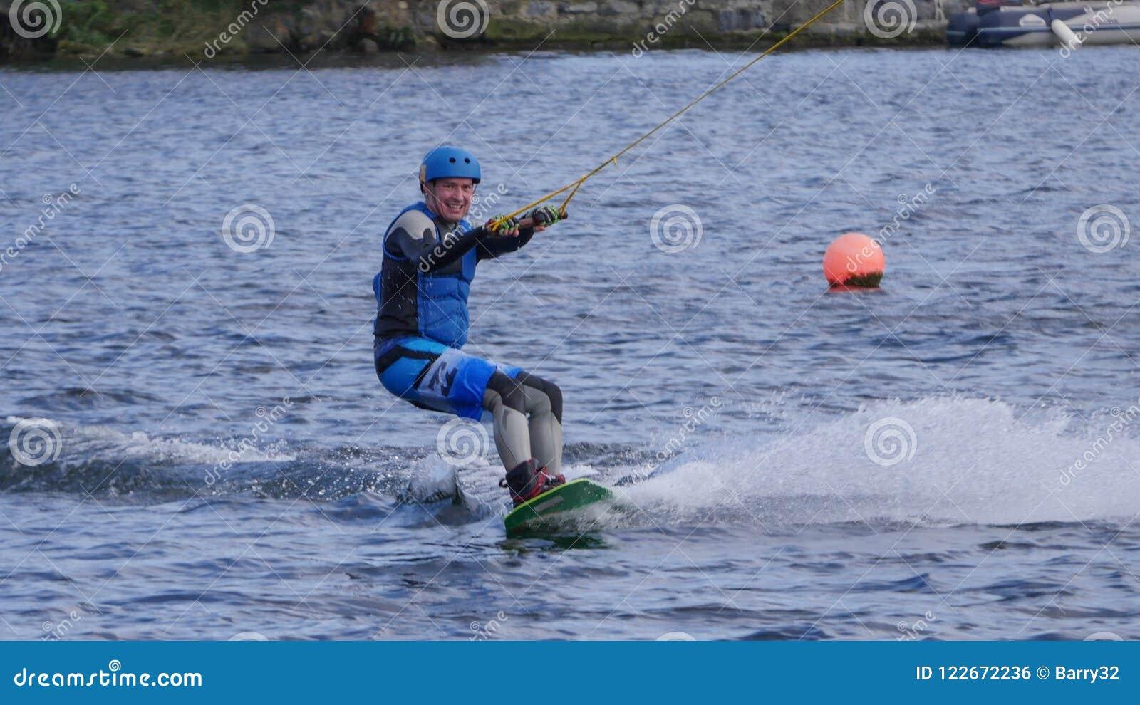 Mens het wakeboarding in het Grand Canal -Dok in de stad van Dublin