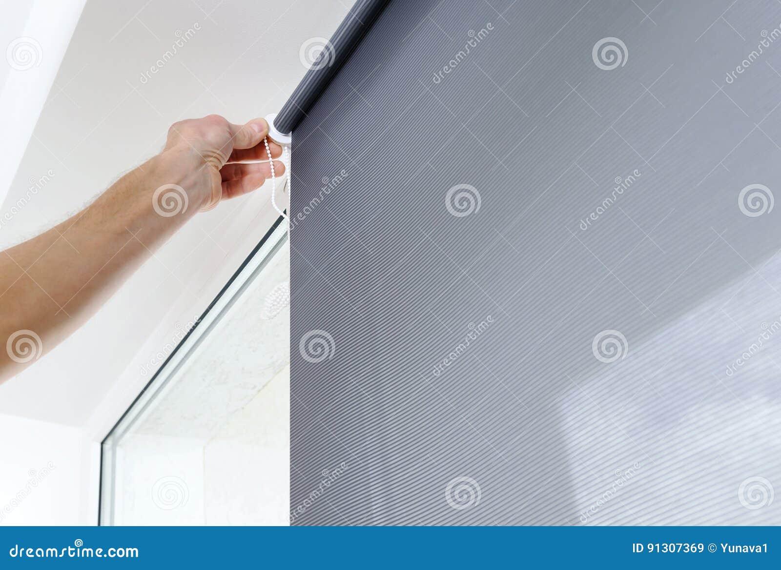 Mens met blind venster