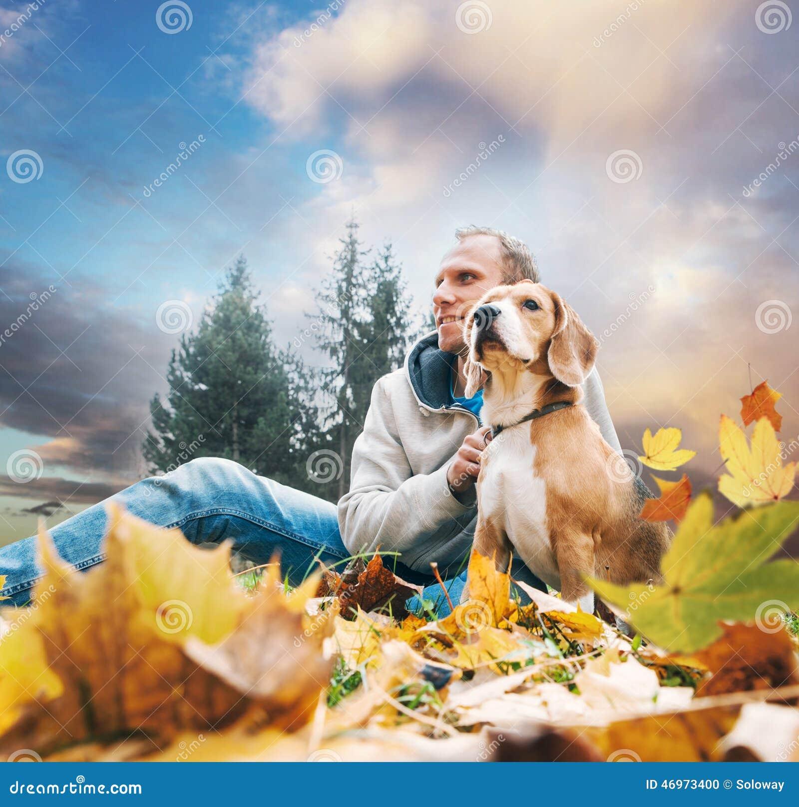Mens met brak op het landschap van de de herfstmening