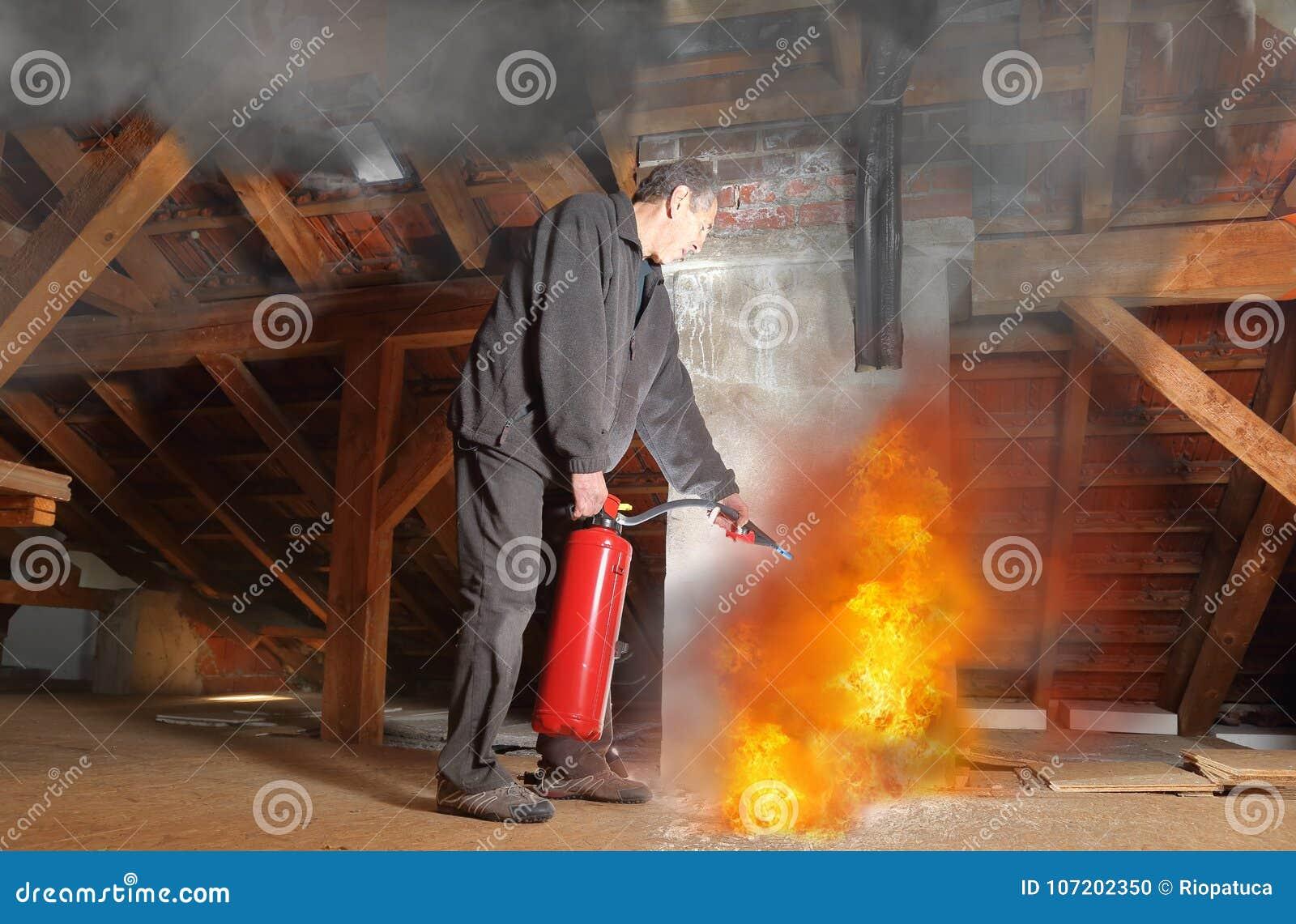 Mens met brandblusapparaat het vechten agains brand in zijn huis