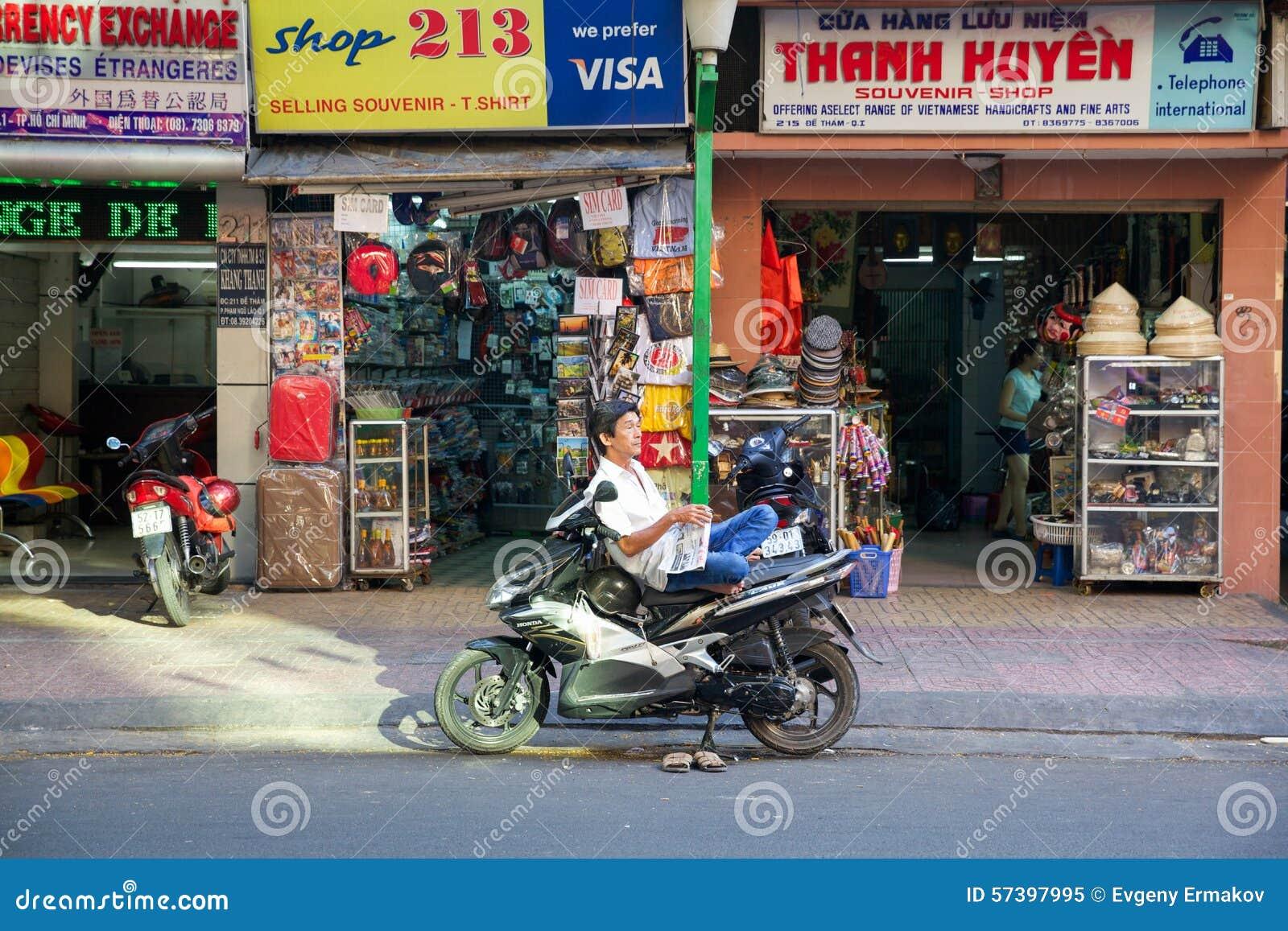 Mens met de krant op de motor