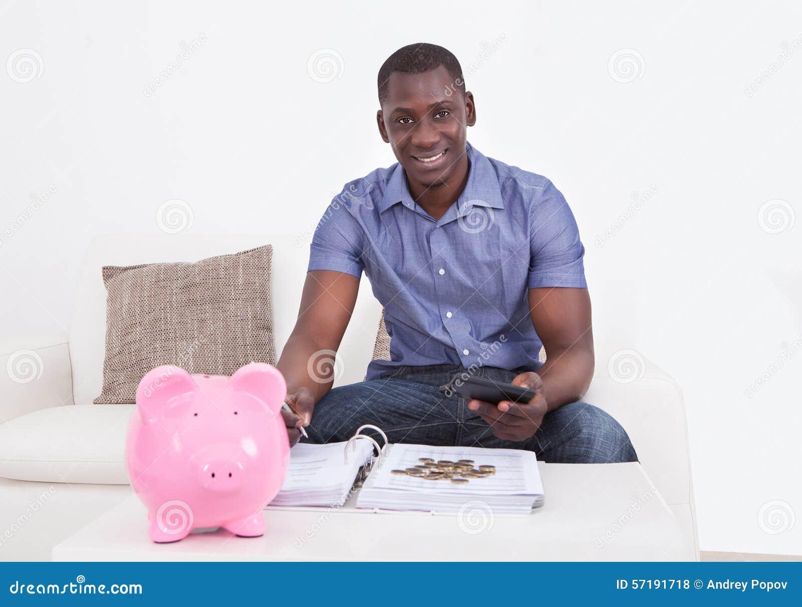Mens met Document en Piggybank