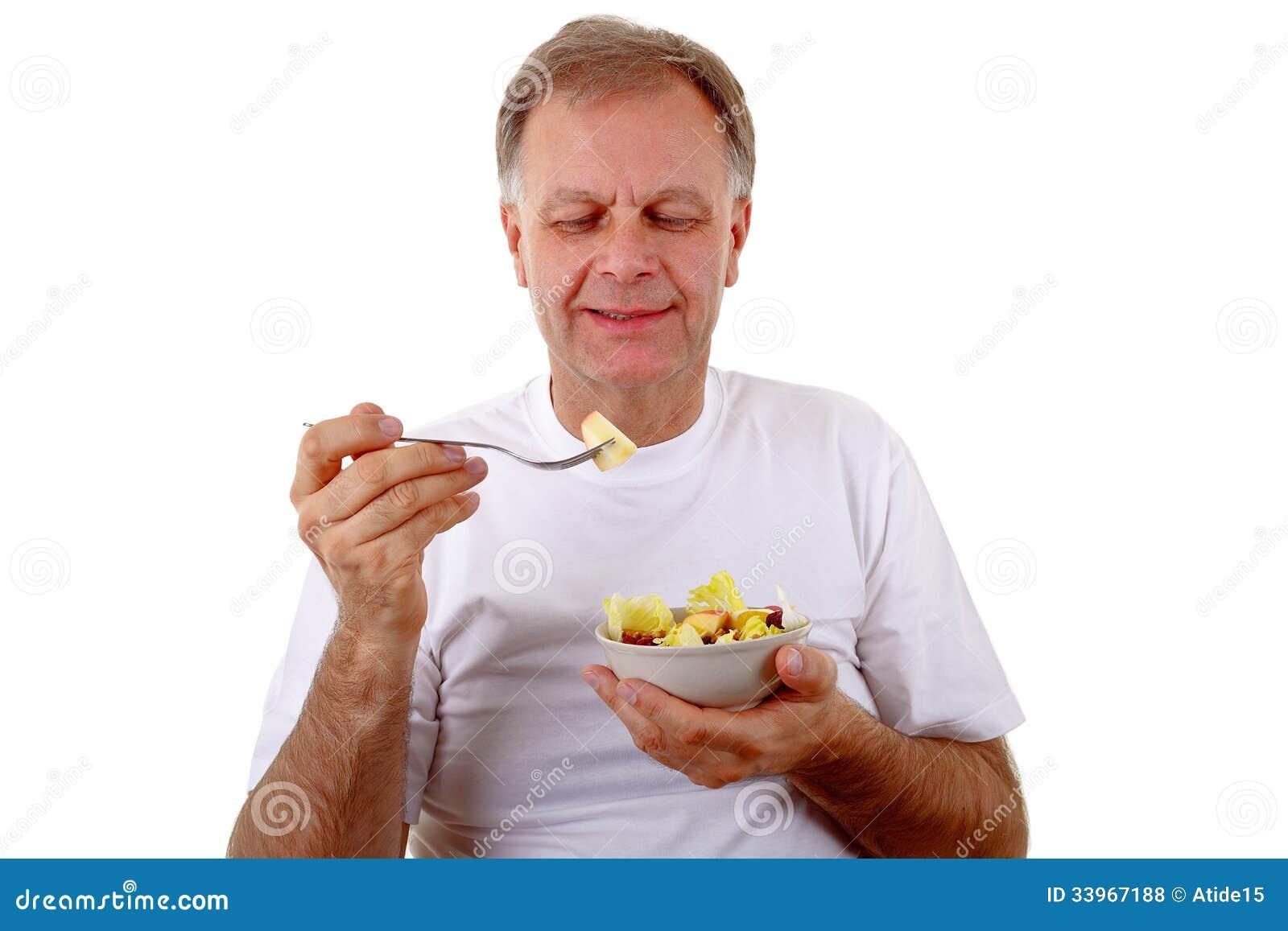 Mens met een fruitsalade
