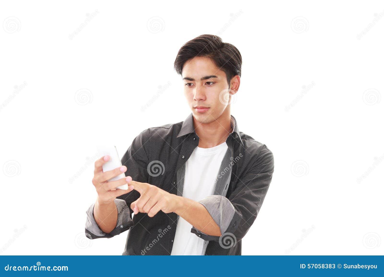 Mens met een slimme telefoon