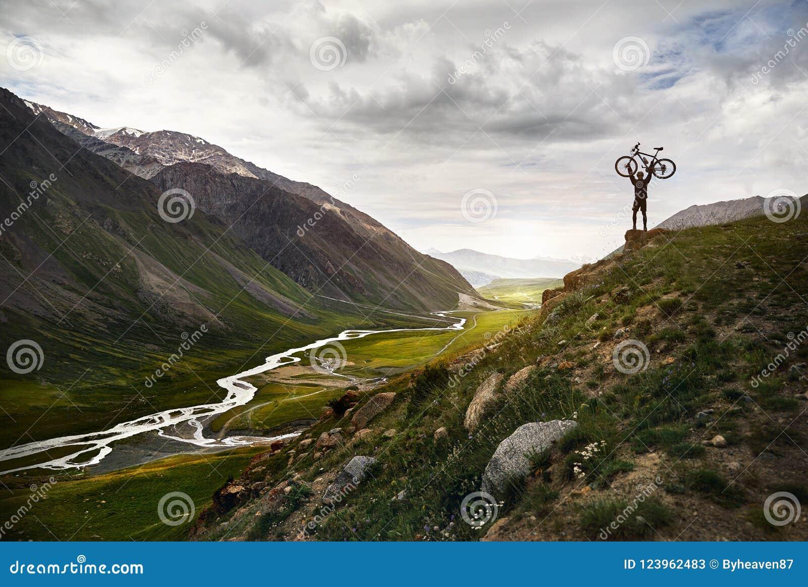 Mens met fiets in de berg
