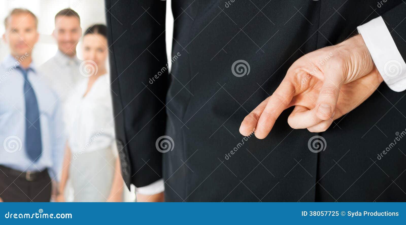Mens met gekruiste vingers