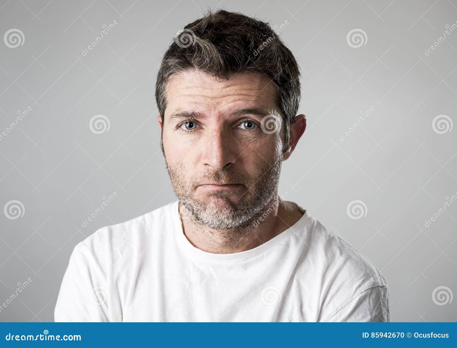 Mens met het blauwe ogen droevige en gedeprimeerde kijken eenzame en lijdende depressie die verdriet voelen