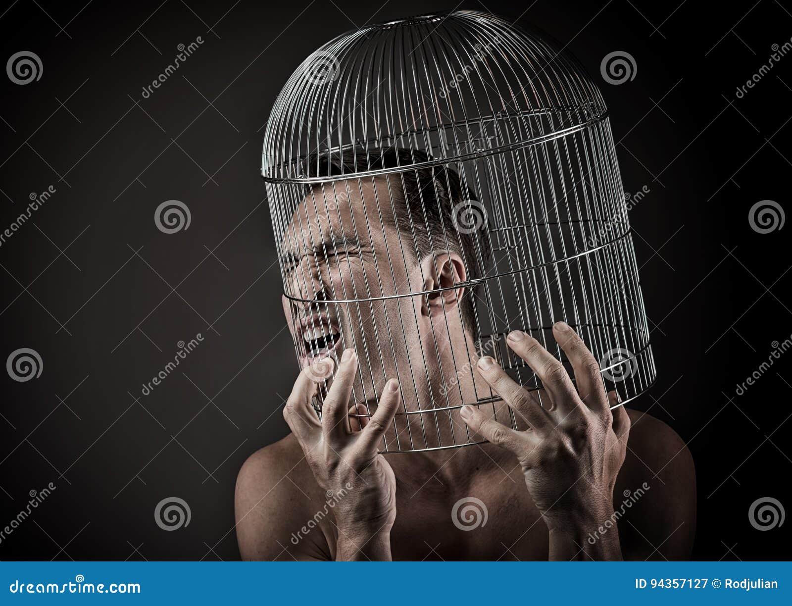 Mens met het hoofd binnen een birdcage