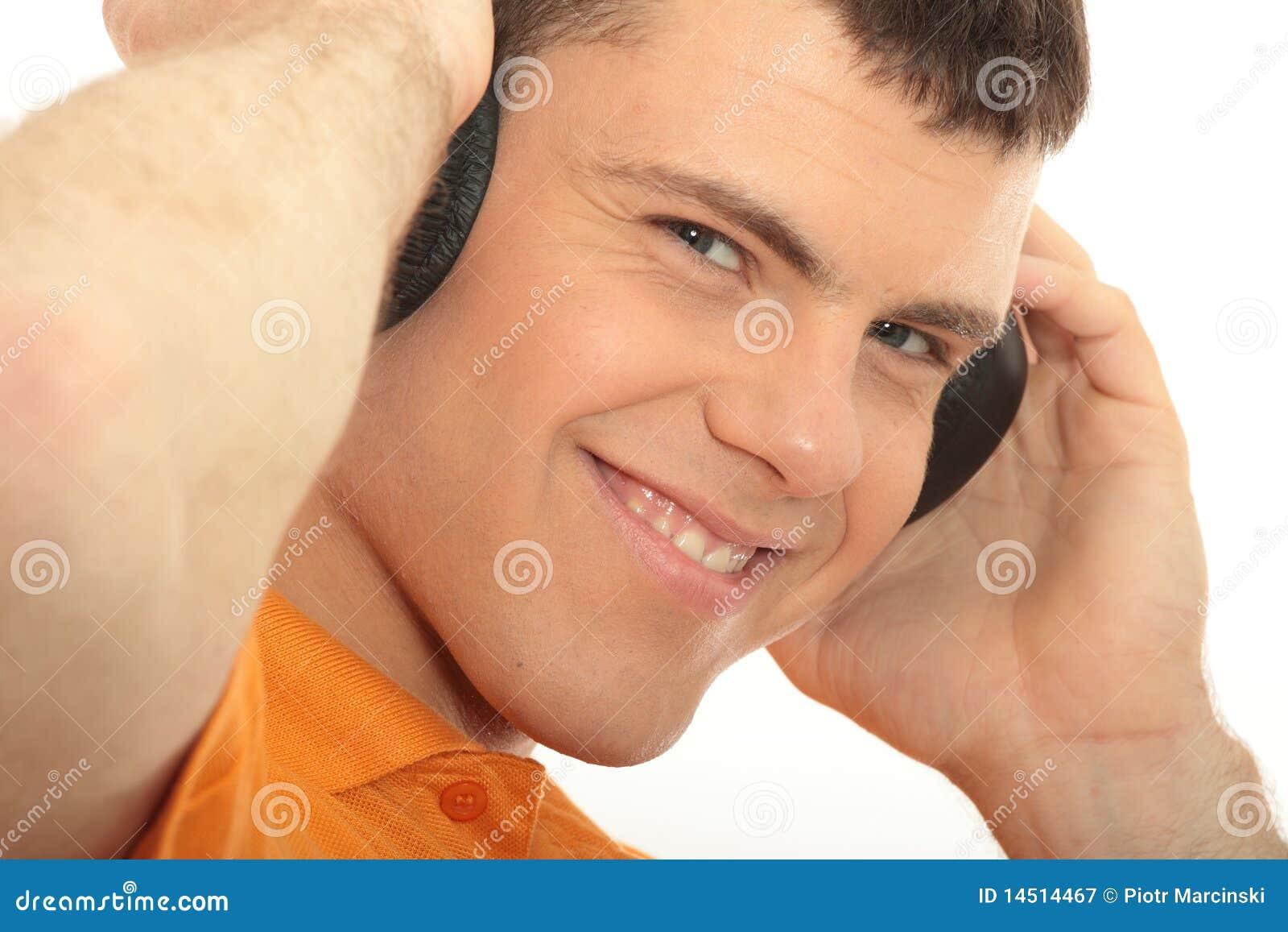 Mens met hoofdtelefoons