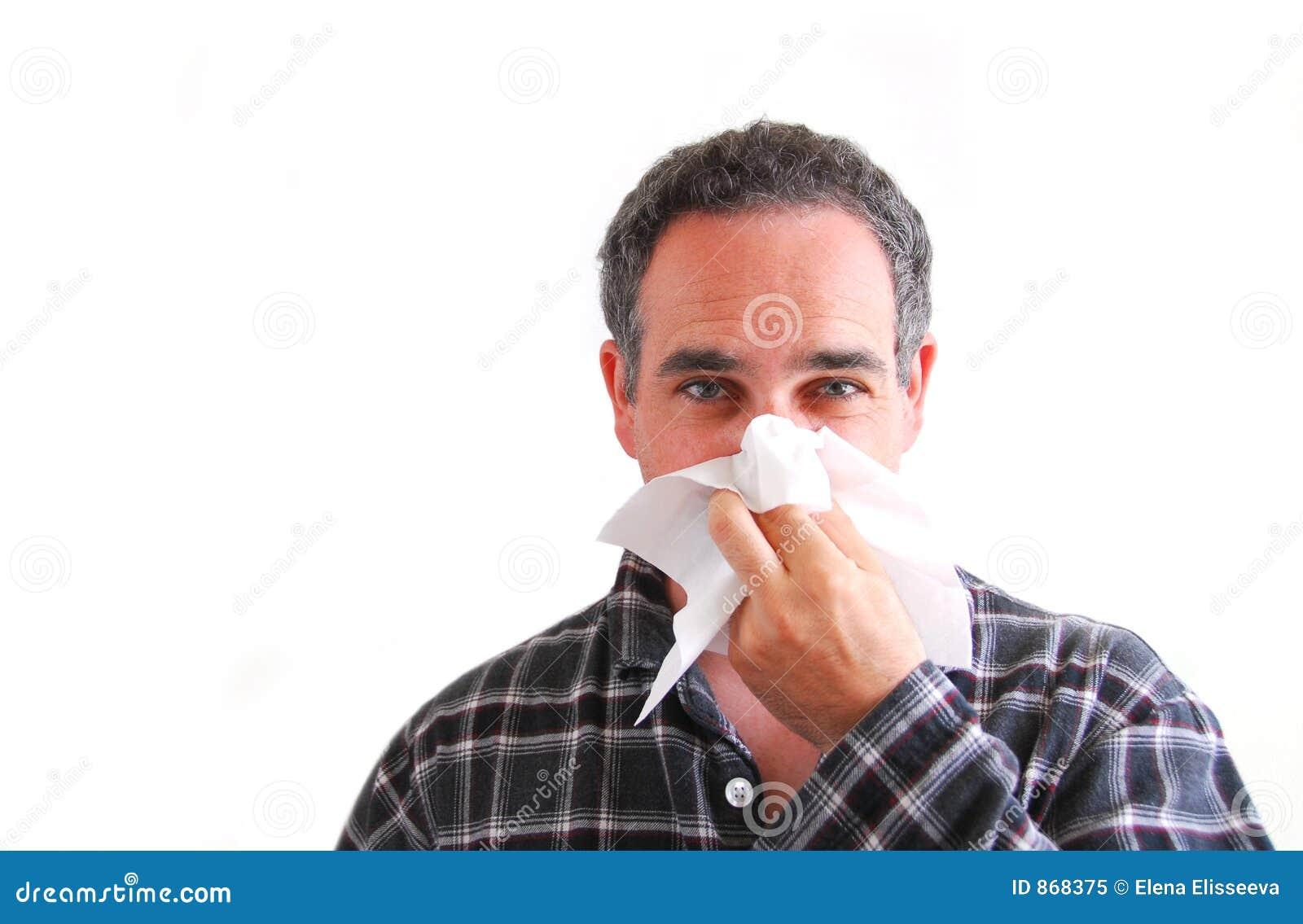 Mens met koude blazende neus