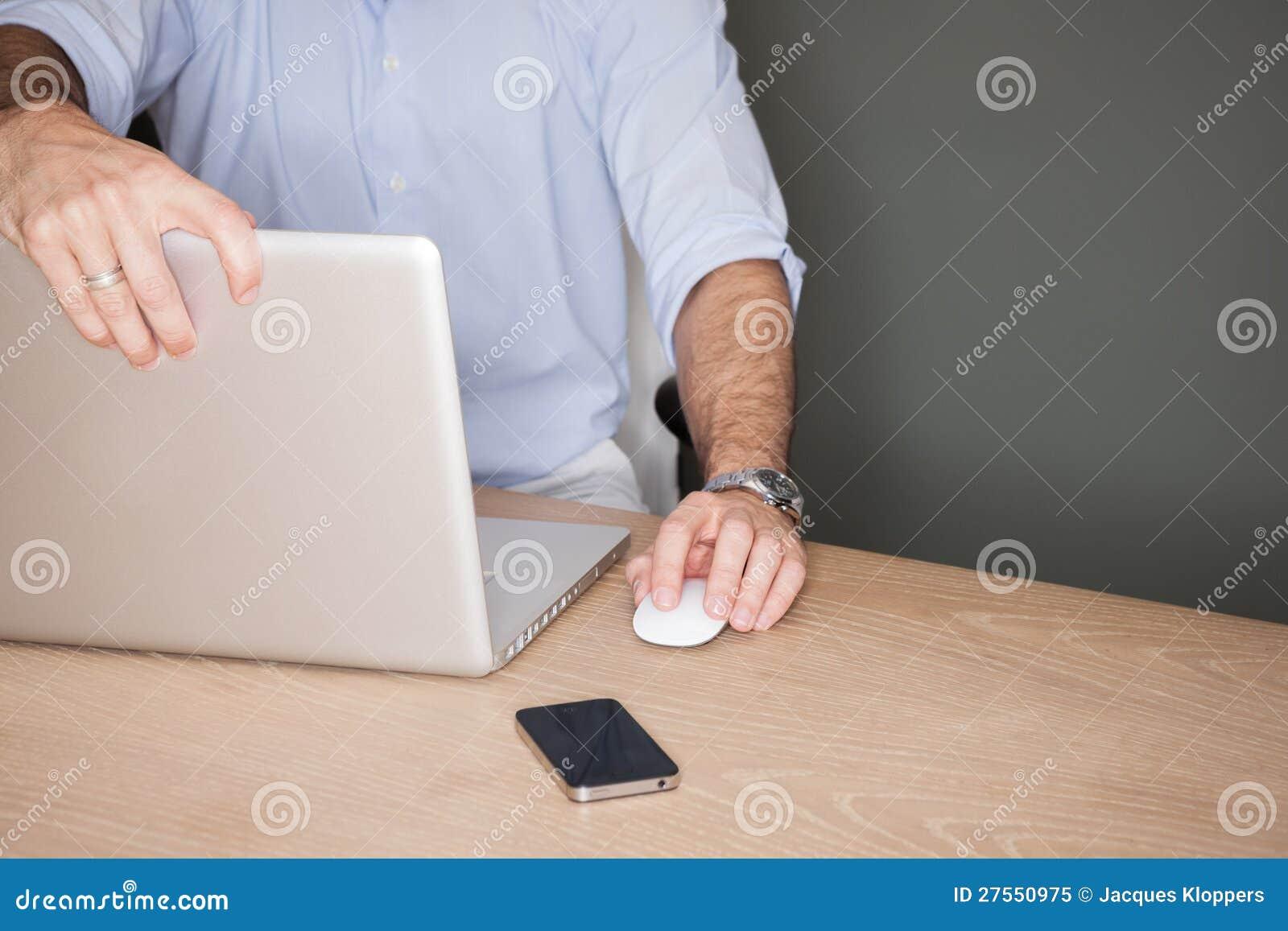 Mens met laptop wordt geschokt die bij wat hij ziet