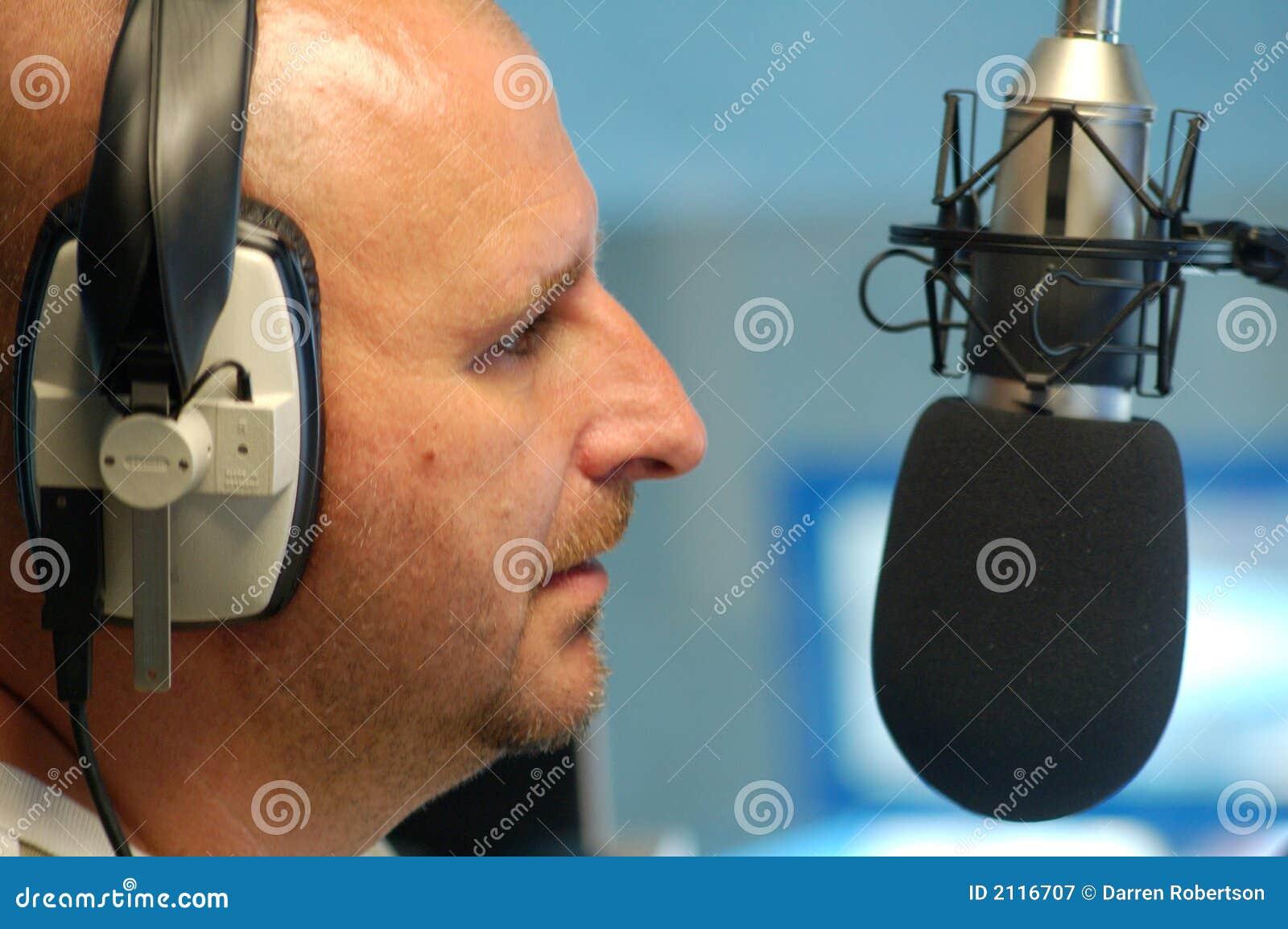 Mens met radiomicrofoon