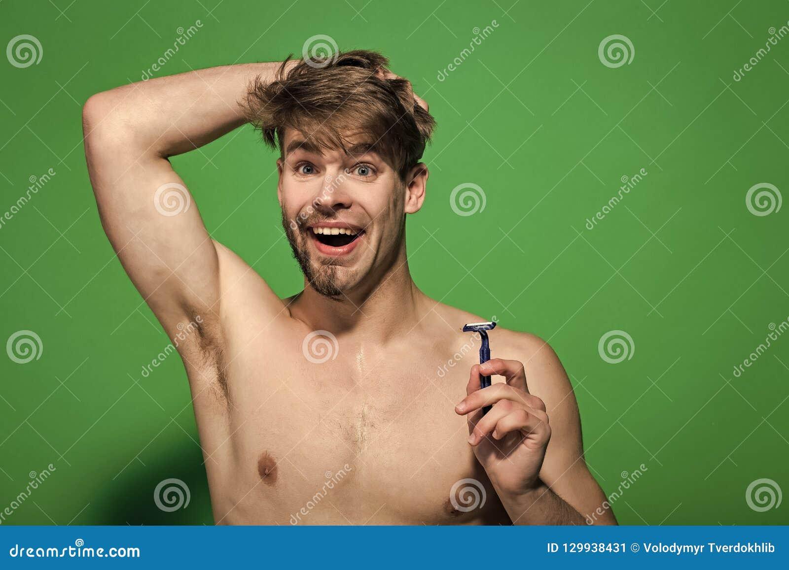 Mens met scheermesglimlach met half geschoren en gebaard gezicht