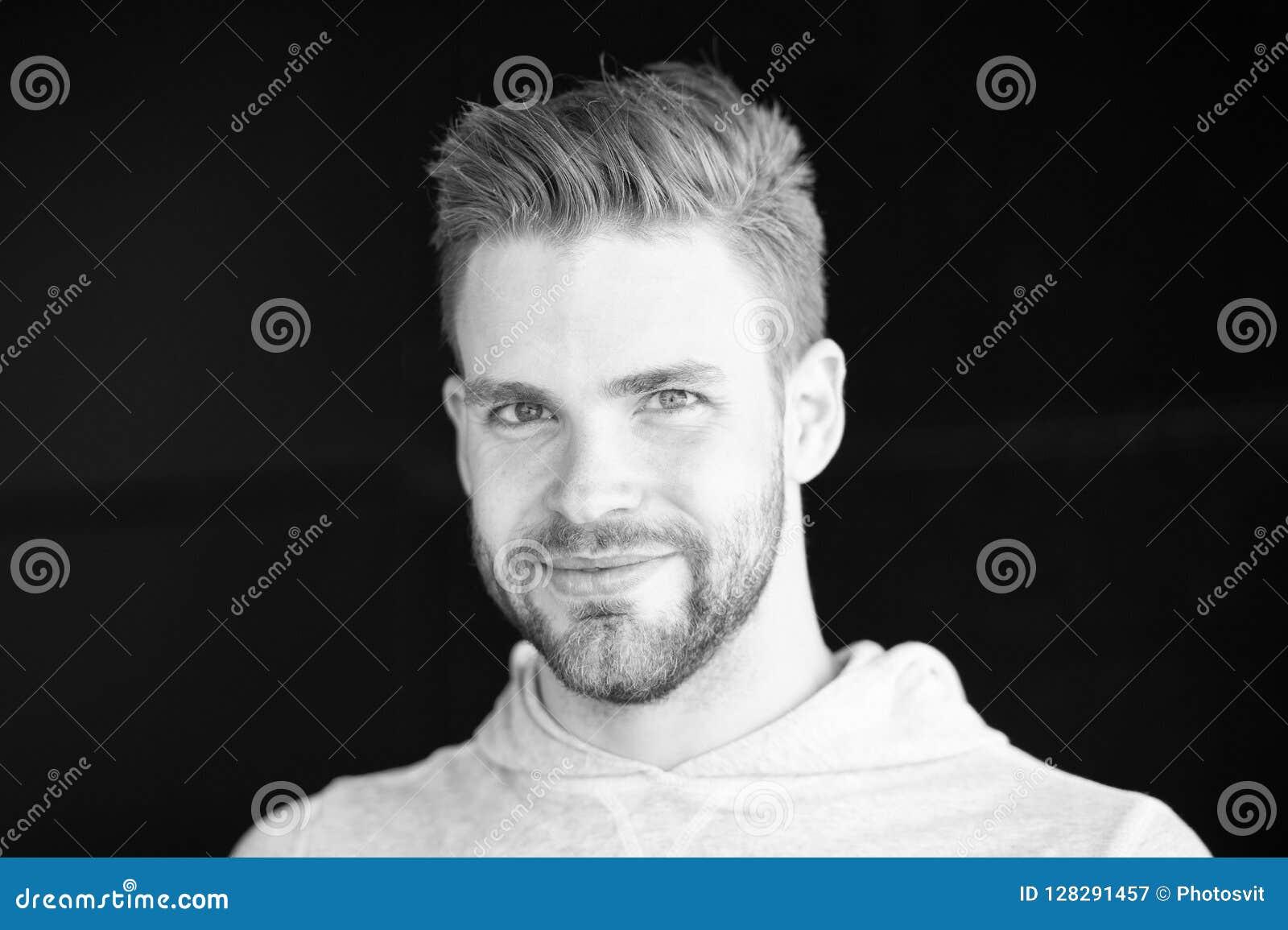 Mens met varkenshaar op het glimlachen gezicht, zwarte achtergrond Metrosexualconcept De mens met baard of ongeschoren kerel kijk