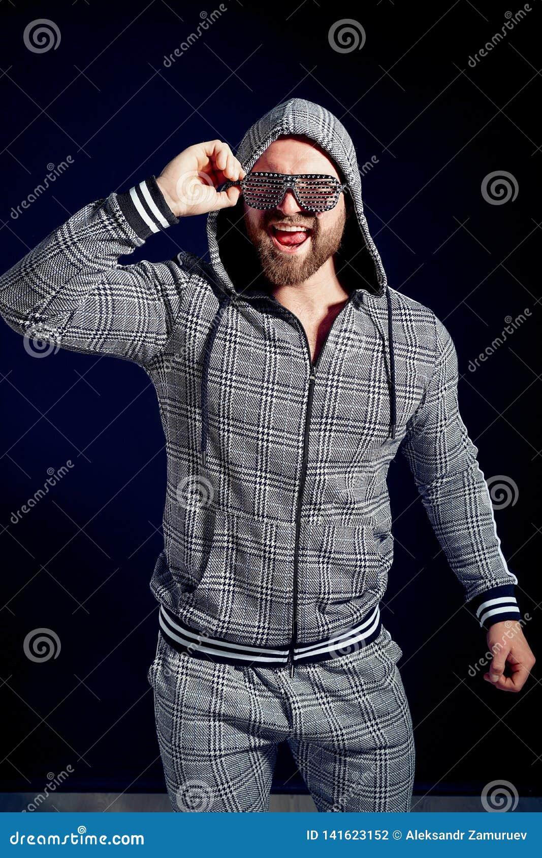 In mens in modieus sportkostuum en zonnebril
