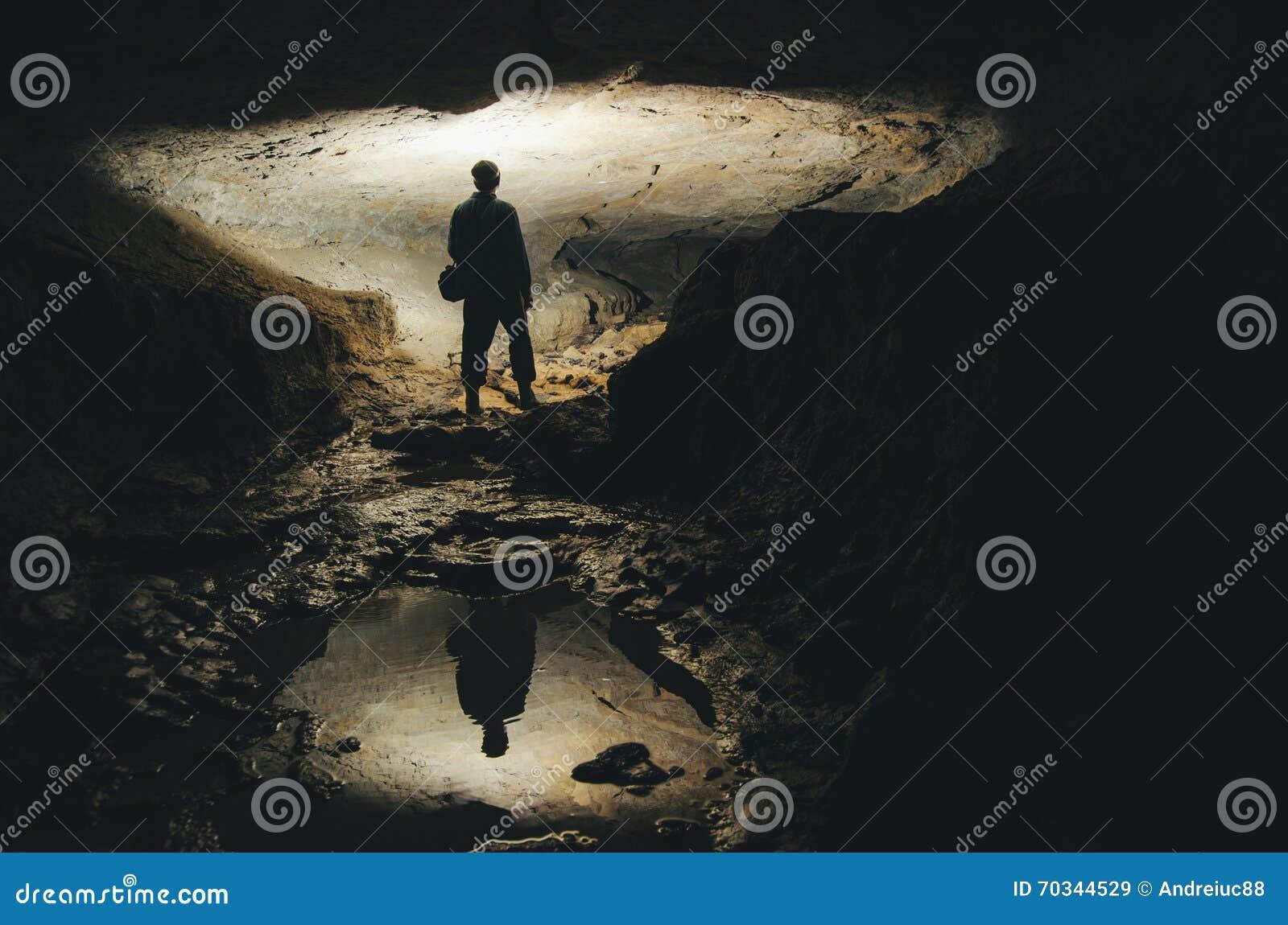 Mens in ondergronds donker hol